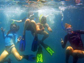 Students underwater in Galapagos Islands